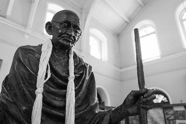 マハトマ・ガンジーは非暴力だったのか?