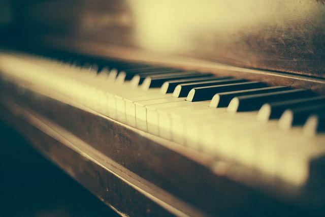 フジコ・ヘミングの生涯と「月の光」~神のリズムと霊性の輝きを宿した感動のピアニスト